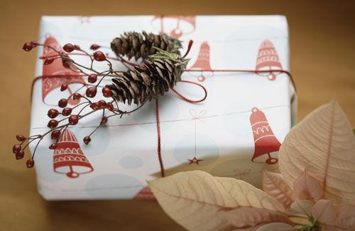 Красивая новогодняя упаковка получится, если у вас есть... еловой веточки.