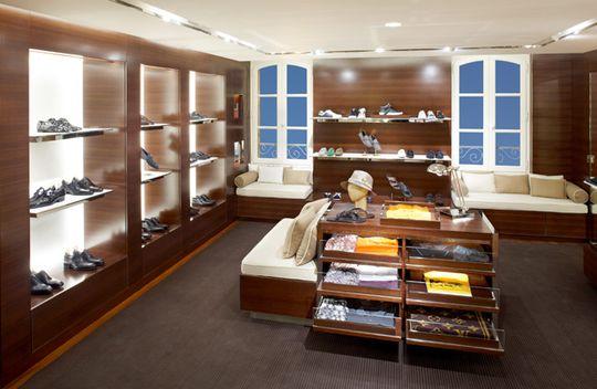 aba1abafa1c1 Сегодня в России уже насчитывается четыре бутика Louis Vuitton. Самый  первый из них начал свою деятельность в Москве, в Столешниковом переулке в  2003 году.